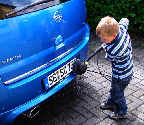 Finn wäscht unser Auto