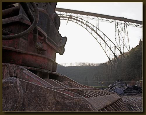 Im Schatten der Müngstener Brücke ist die Hydraulik bereit