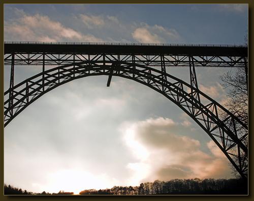 Müngstener Brücke in der untergehenden Sonne