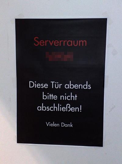 Serverraum - Diese Tür abends bitte nicht abschließen! Vielen Dank