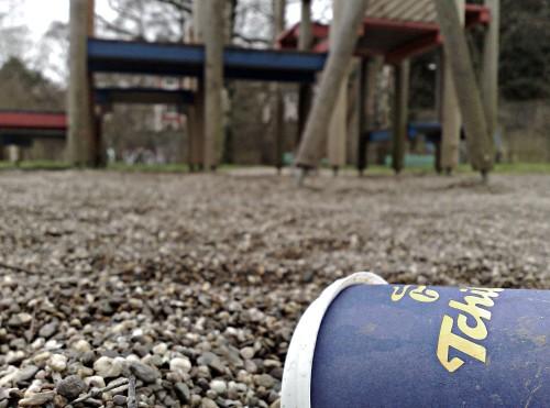 Spielplatz,Kies und koffeinhaltiger Müll. Solingen, Innenstadt. (Klick vergrößert)