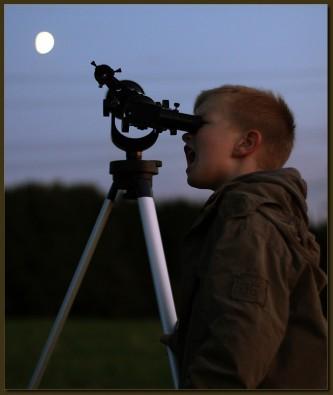 Finn mit Teleskop bei der Mondbeobachtung