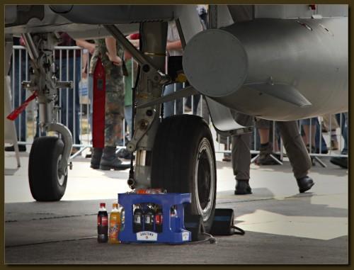 Mangels Kofferaum werden die Getränke unter dem Flieger gelagert.