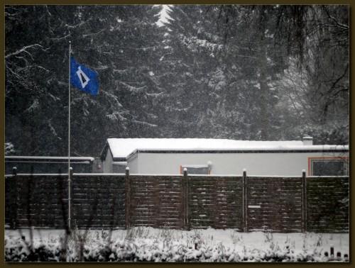 Wohnzimmerausblick. Der Nachbar steht ganz offenbar auf den falschen Fußballverein.