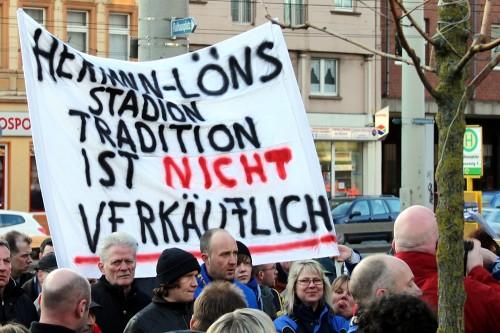 Demonstration gegen die Vermarktung des Stadiongeländes am Solinger Hermann-Löns-Weg