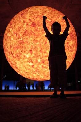 Finn vor der Sonne im Gasometer Oberhausen