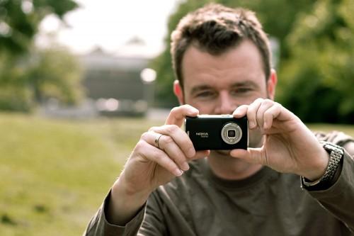 Großer Mensch, kleine Kamera.