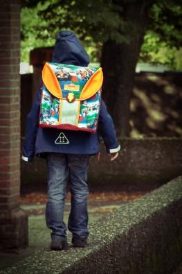 Finn auf dem Weg zur Schule