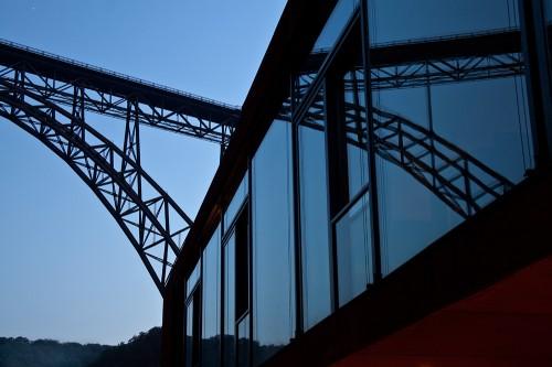Müngstener Brücke spiegelt sich im Haus Müngsten