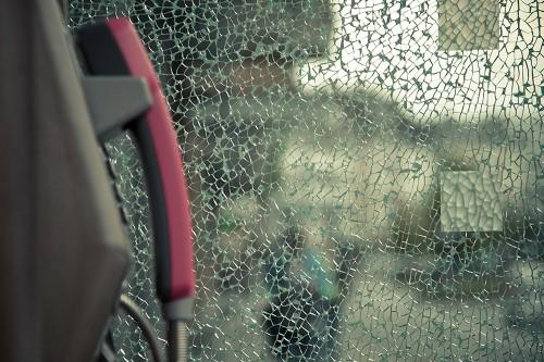 Telefon hinter kaputtem Glas